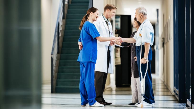 Verabschiedung eines Patienten durch Mitarbeiter des Klinikums